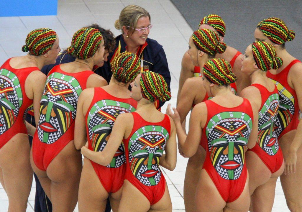 PEK178. PEKIN (CHINA), 23/08/08.- El equipo español de natación sincronizada habla con sus entrenadoras al ganar la medalla de plata en la modalidad de conjuntos de esta disciplina tras la final que se llevó a cabo hoy, 23 de agosto de 2008, en el Centro Acuático Nacional de Pekín. EFE/Lavandeira jr CHINA-PEKIN 2008